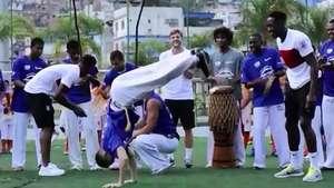 La selección inglesa practica capoeira en favela de Río Video: