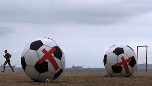 Balones gigantes en protesta contra el Mundial en Brasil Video: