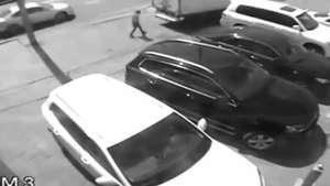 Cámara de seguridad capta salvada de atropello Video: