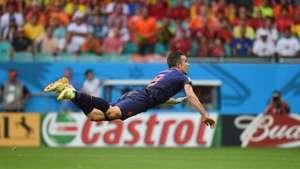 Robin van Persie le anota golazo de cabeza a España Video: