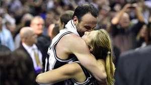 Emotivo abrazo de Manu Ginóbili con su mujer luego ser campeón en la NBA Video: