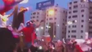 Chilenos se desatan cantando Himno patrio en Plaza Italia Video: