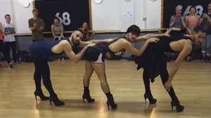 Bailarines se lucen usando tacones en coreografía  Video: