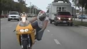 Motociclista sufre accidente al intentar hacer una pirueta Video: