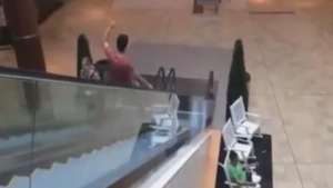 Por chistosito sufre feroz bochorno en escalera de mall Video: