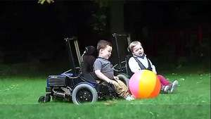La silla de ruedas eléctrica que le da libertad a los niños Video: