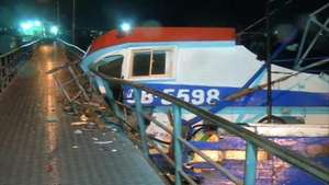Marejadas dejan incrustada embarcación en muelle de Coronel Video: