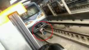 Dramático: mujer embarazada cae a la vía con el metro en marcha Video: