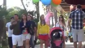 Macabra broma: Bebé sale volando con globos Video: