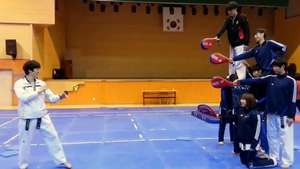 Taekwondista sorprende con espectacular patada cuádruple Video: