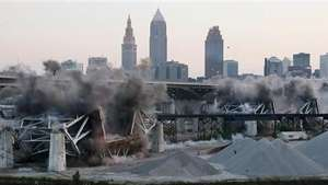 Espectacular demolición de un puente en Cleveland Video: