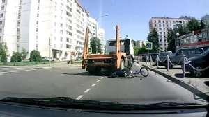 Un camión atropella a una joven rusa y ella sobrevive Video: