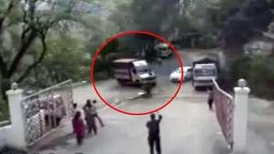 Un camión cae a un acantilado tras fallarle los frenos Video: