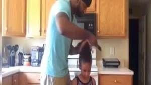 Padre enseña novedoso método para peinar niñas Video: