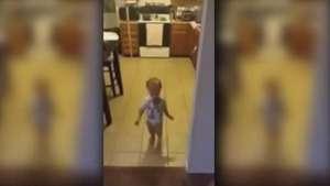 Tierno bebé imita la forma de caminar de su madre Video: