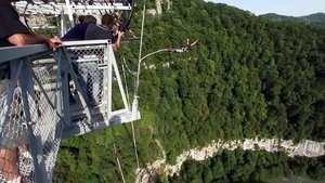 Espectaculares saltos en 'bungee' desde un puente peatonal en Rusia Video: