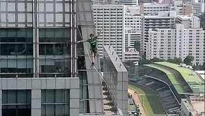 Récord mundial en la cuerda floja a 169 metros de altura Video: