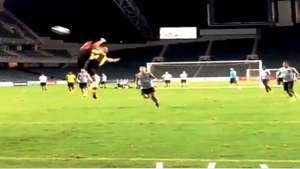 """Zlatan Ibrahimovic anota golazo al estilo """"karateka"""" durante entrenamineto Video:"""