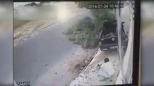 Milagrosa salvada: Hombres se libran de ser atropellados Video: