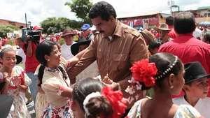 Un pajarito apareció y dijo que Chávez está feliz, dice Maduro Video: