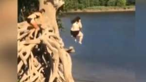 Mujer sufre brutal caída en fallido chapuzón Video: