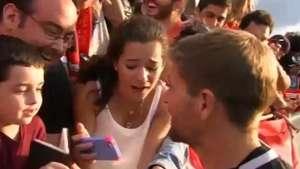 Pequeña hincha se vuelve loca al conocer a Steven Gerrard Video: