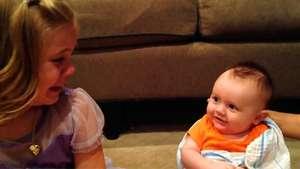 Niña llora porque no quiere que su hermano deje de ser bebé Video: