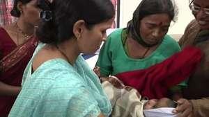 Una madre y su bebé sobreviven a un alud en India Video: