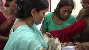 Una madre y su bebé sobreviven a un alud en India Video: