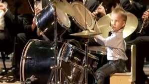 Furor! Niño de 3 años la rompe tocando el Can Can de Offenbach Video: