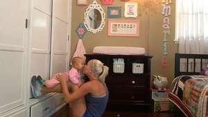 Madre muestra cómo hacer ejercicio junto a su bebé Video: