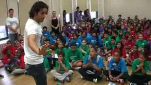 Actores de Broadway comparten experiencias con niños hispanos Video: