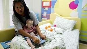 Pareja abandona bebé con síndrome de Down de madre subrogada Video: