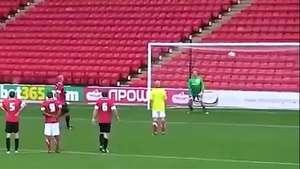 Árbitro del Mundial 2014 marca un golazo de penal Video: