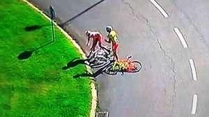 Ciclistas se agarran a golpes durante competencia Video: