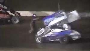 Un piloto muere atropellado al salir de su coche para reclamar Video: