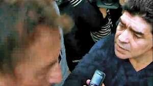 Maradona le pega un cachetazo a un periodista Video: