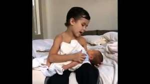 Niño de 6 años le canta a su hermanito recién nacido Video: