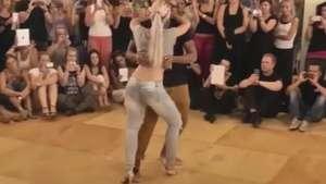 Sexy rubia enseña los pasos de baile de moda Aprende! Video: