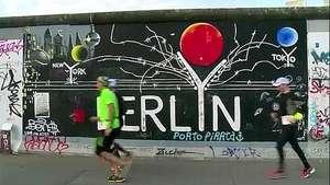 Berlín recuerda corriendo la caída del muro Video: