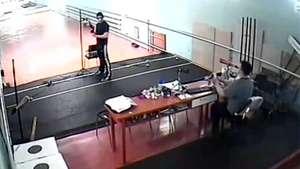 Adolescente mata de un balazo a su profesor de tiro Video: