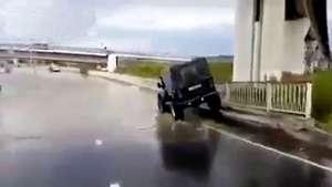 Camioneta 4x4 se hunde al intentar cruzar una calle inundada Video: