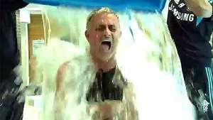 Mourinho se baña con agua helada a pedido de Didier Drogba Video: