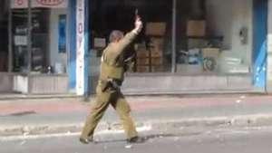 Carabinero desenfunda su arma en marcha estudiantil Video: