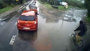 Ciclista sufre inesperado accidente al cruzar un camino inundado Video: