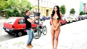 Modelo alemana se desnuda para pagar el reto del 'Ice Bucket Challenge' Video: