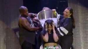 Rihanna y Eminem interrumpen concierto por el Ice Bucket Challenge Video: