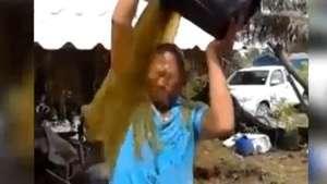 """Este hombre improvisa """"baldazo"""" con asqueroso elemento Video:"""