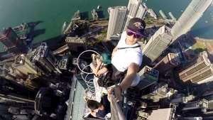 Tres jóvenes se hacen un selfie en uno de los rascacielos más altos de Hong Kong Video:
