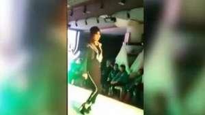 Siempre digna: Modelo sufre con zapatos en desfile Video: